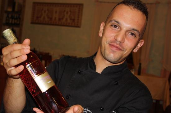lo chef Gianfranco Pulina del Golden Gate di Bortigiadas in Sardegna con il Rosato Pergolesi di Montecappone