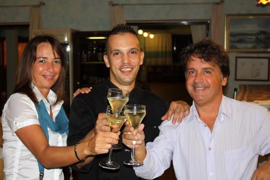 brindisi dello chef Gianfranco Pulina del Golden Gate di Bortigiadas in Sardegna con Dina Grassi e Kruger Agostinelli