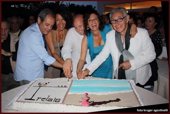 inaugurazione taglio della torta Essentia Relais Marina di Montemarciano