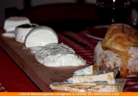 tagliere di formaggi Piandelmedico con il pane della casa cotto a legna