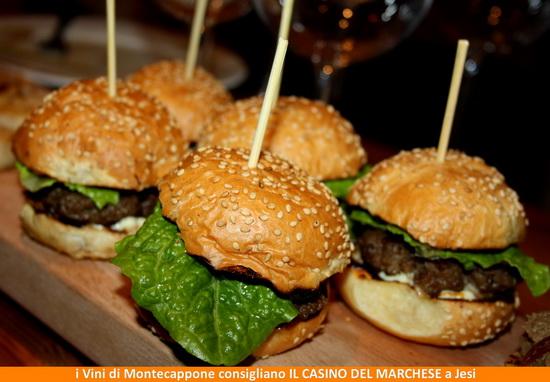 Hamburger  carne di bufala panino  insalata dell'orto