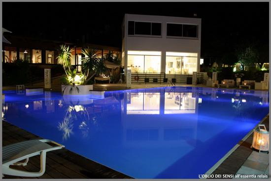 Essentia Relais piscina notturna vacanza mare adriatico
